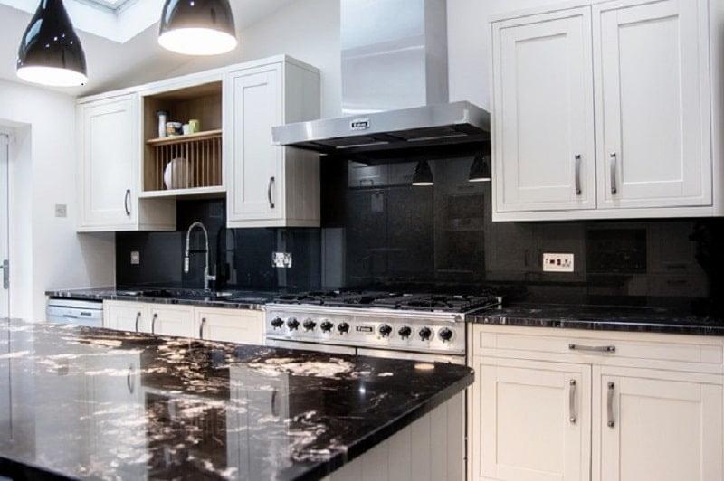 Chuyên kính ốp bếp màu đen - ý nghĩa của màu đen theo phòng thủy
