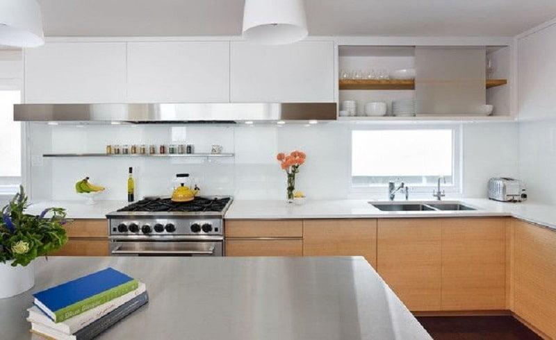 Lựa chọn màu kính ốp bếp cho người mệnh Kim 2021