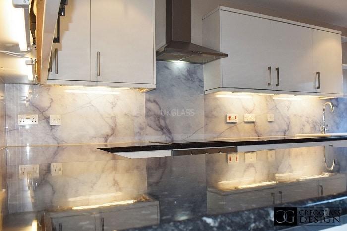 Top 20+ mẫu kính ốp bếp vân đá đẹp - ấn tượng nhất 2021